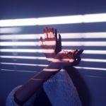 指先にキラキラ光をまとう、週末だけの特別ネイルポリッシュのサムネイル画像